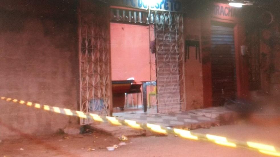 Vítimas estavam em um bar em uma praça de Horizonte (Foto: Reprodução/TV Verdes Mares)