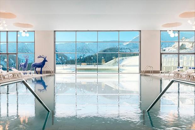 As piscinas são ponto forte do resort, com destaque para o ofurô aquecido no lado externo (Foto: Divulgação)