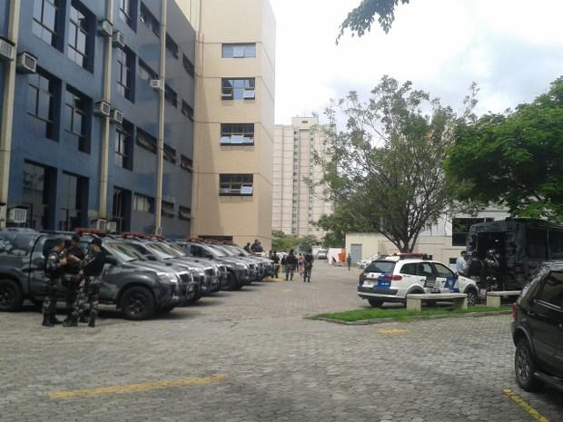Batalhão de Choque dentro da Sedu, no ES (Foto: Kaique Dias/ CBN Vitória)
