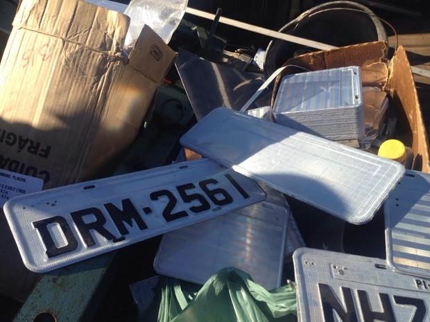 Placas falsificadas fora apreendidas pela polícia (Foto: Divulgação/Polícia Civil)