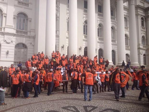Centrais sindicais se reúnem na Praça Santos Andrade, em Curitiba (Foto: Dulcineia Novaes/ RPC Curitiba)