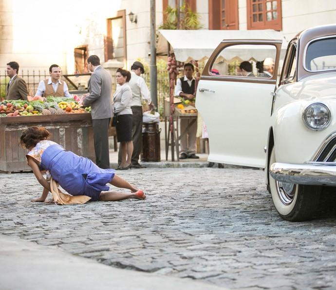 Clarice salta do carro em movimento (Foto: Raphael Dias/Gshow)