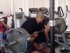 Gracyanne Barbosa tem ajuda de personal para fazer agachamentos