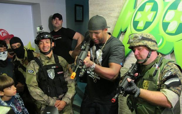 Aranha Lançamento Call of Duty goleiro Santos (Foto: Matheus Misumoto / Globoesporte.com)