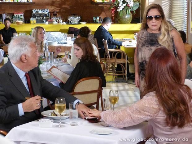Pilar acha que Gigi é a amante de César (Foto: Amor à Vida / TV Globo)