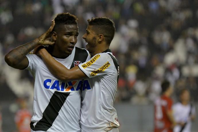 Iago comemora gol do Vasco (Foto: Marcello Dias/Futura Press)