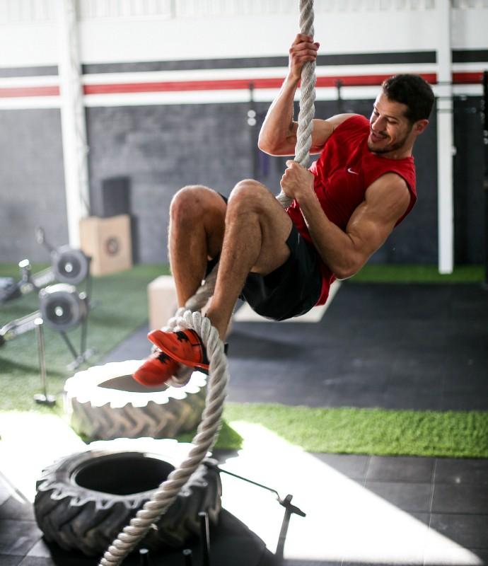 José Loreto mostra um dos exercícios que costuma fazer com corda (Foto: Divulgação)