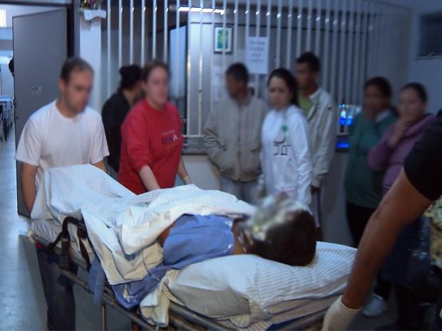 Alguns detentos demoraram para ser retirados da cadeia  (Foto: Marcelo Rodrigues/ EPTV)