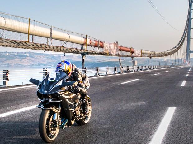 Kenan Sofouglu chegou a 400 km/h com uma Kawasaki Ninja H2R (Foto: Divulgação)