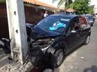 Mulher fica ferida após bater o carro em um poste em João Pessoa