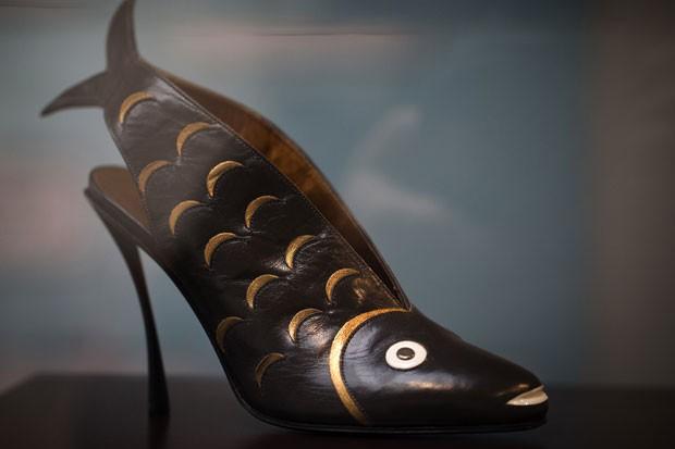 Sapato de salto alto no formato de peixe é uma das atração de exposição. (Foto: Joel Saget/AFP)