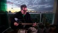 Carlos Maltz, dos Engenheiros, só na voz e violão