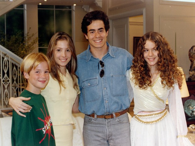 Roberta posa nos bastidores de Explode Coração com Patrick de Alencar, Felipe Folgosi e Leandra Leal (Foto: CEDOC / TV Globo)