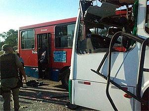 Ônibus bateram de frente em via exclusiva no iguatemi e quatro pessoas morreram, na Bahia (Foto: Genildo Lawinscky/ TV Bahia)