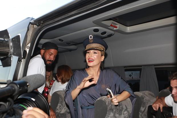 Cláudia Leite chega no trio elétrico em Salvador (Foto: DILSON SILVA / Agnews)