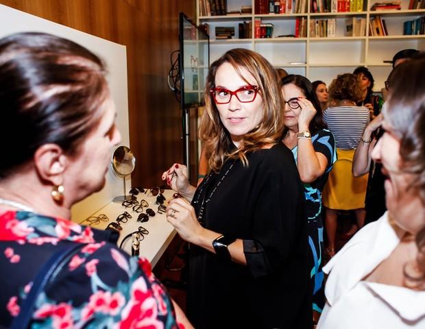A diretora de redação Marina Caruso experimenta um dos novos modelos de óculos  (Foto: Charles Naseh)