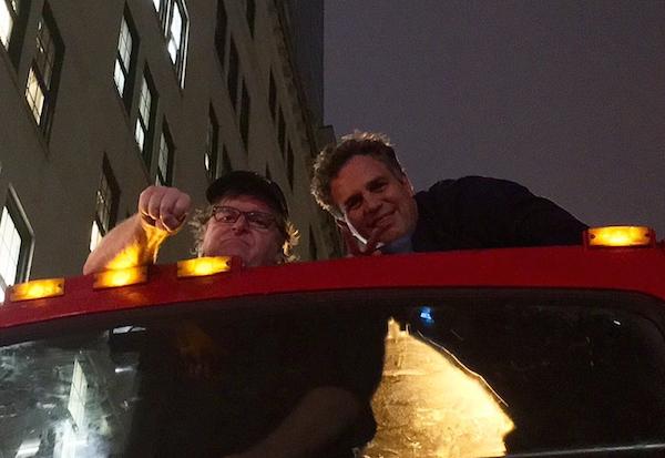 Mark Ruffalo e Michael Moore em protesto realizado na Trump Tower de Donald Trump (Foto: Twitter)