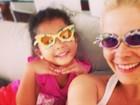 Samara Felippo e a filha mais velha fazem graça para foto