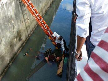 Homem cai em canal na Av. Pedro Valadares na Zona Sul de Aracaju (Foto: Reprodução/Aracaju Como Eu Vejo)