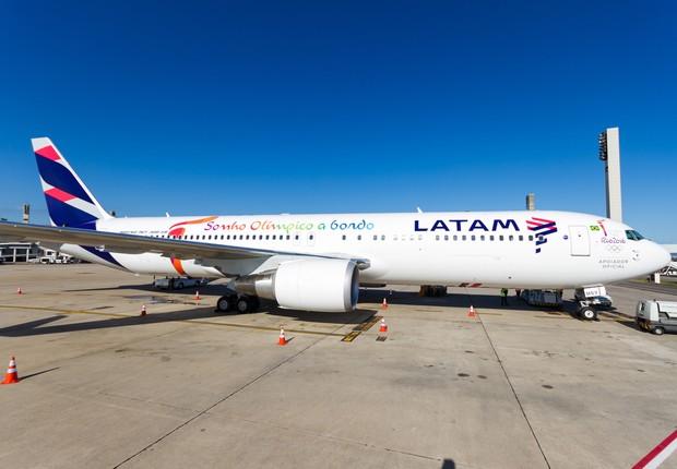Avião da Latam Airlines com slotan dos Jogos Olímpicos Rio 2016 (Foto: Reprodução/Facebook)