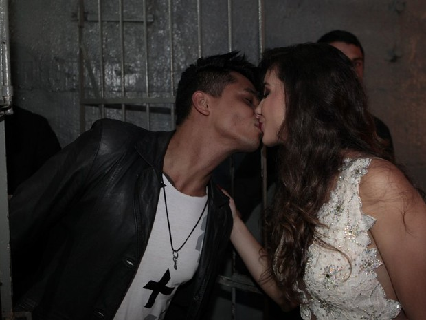 Irley Karina Nascimento de Melo, vencedora do Beleza Nordestina 2015, com o namorado (Foto: Isac Luz/ EGO)