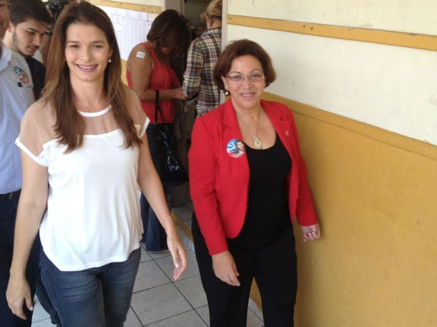 Angela Albino foi a ultima candidata à Prefeitura da Capital a votar nesta manhã. A candidata estava acompanhada de Ideli Salvatti, do vice Nildão, dos dois filhos e do neto. (Foto: João Salgado/ RBS TV)