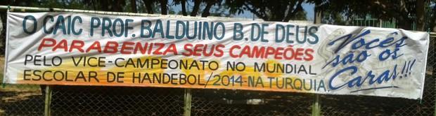 Faixa em homenagem ao Caic (Foto: Daniel Cunha)