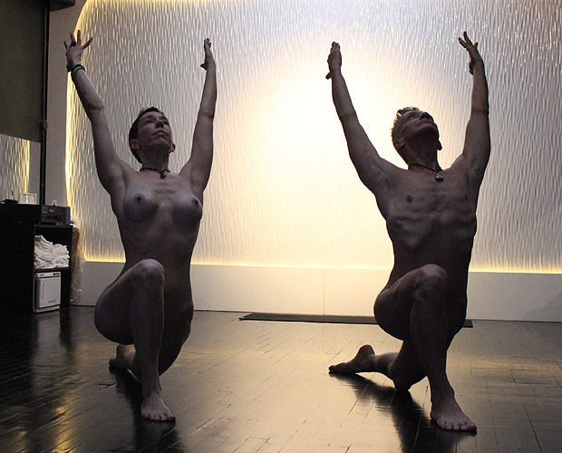 Todas as poses são feitas normalmente, como mostram os instrutores (Foto: LARISSA GOMES PARA MARIE CLAIRE)