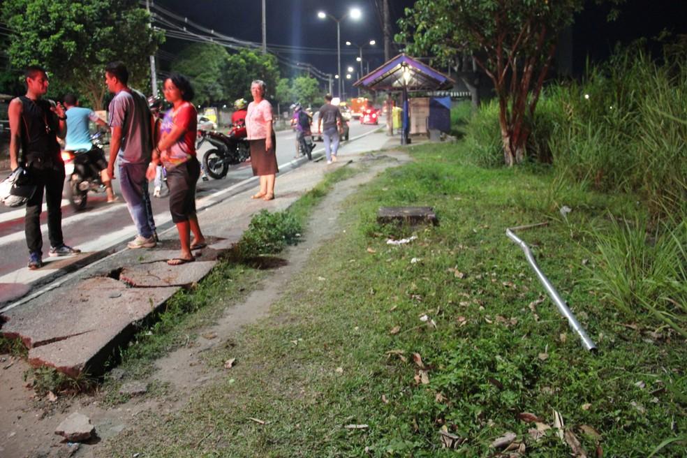 Fato ocorreu nas proximidades de ponto de ônibus; placa de sinalização (à direita) foi derrubada (Foto: Camila Henriques/G1 AM)