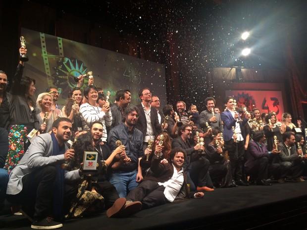 Vencedores do Festival de Cinema de Gramado subiram no palco ao final da premiação (Foto: Rafaella Fraga/G1)