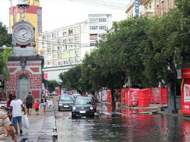 Área do Relógio Municipal, no Centro de Manaus. Refluxo de esgotos já toma conta da pista (Foto: Tiago Melo/G1 AM)