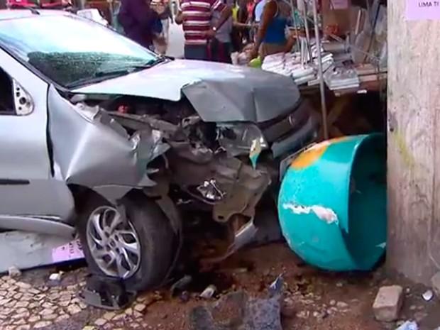 Carro invadiu calçada, derrubou telefone público e atropelou duas pessoas. Bahia (Foto: Reprodução/ TV Bahia)