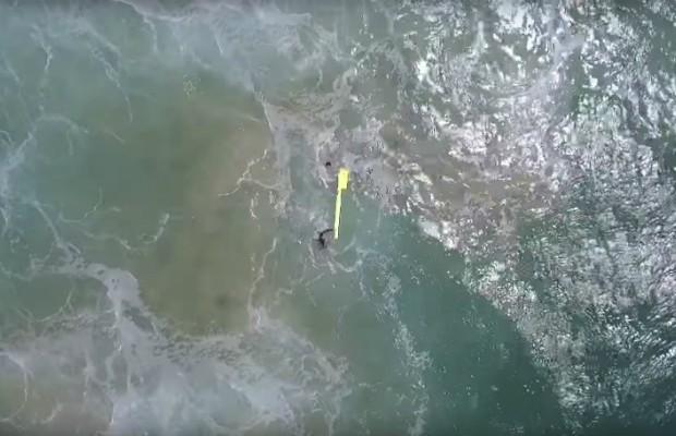 Drone resgatando banhistas (Foto: Reprodução Youtube)