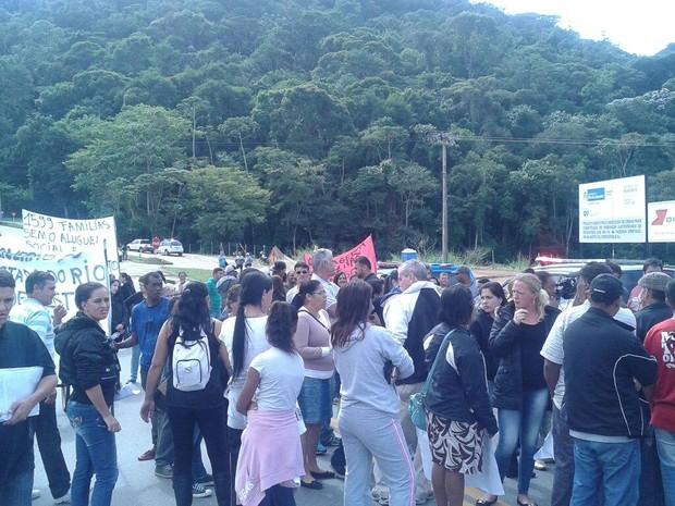 Cerca de 150 pessoas participam da manifestação (Foto: Priscila Dianin / Inter TV)