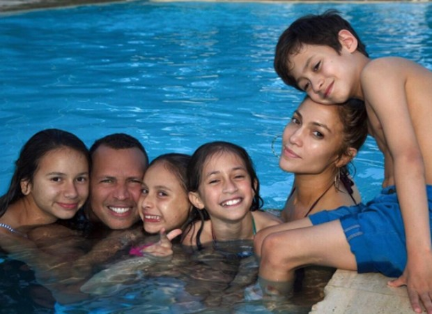 Alex Rodriguez com as filhas (Ella e Natasha) e Jennifer Lopez com os filhos (Emme e Max) (Foto: Reprodução/Instagram)