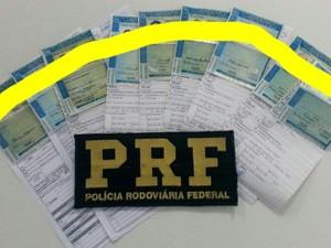 Nove carteiras de motorista foram apreendidas em Guaraciaba (Foto: PRF/Divulgação)
