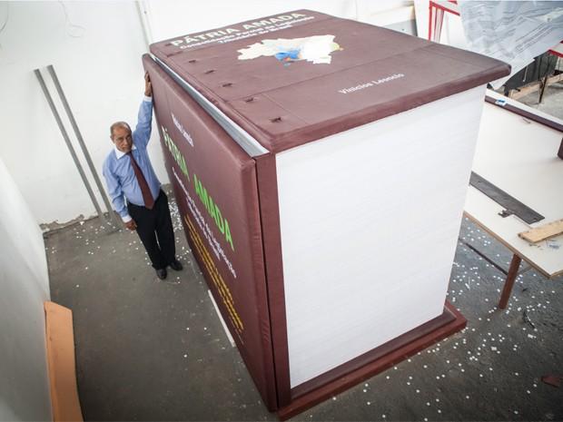 O livro de Leôncio tem 2,10 metros de altura por 1,4 metros de largura.  (Foto: Divulgação/Fabiana Aragão)