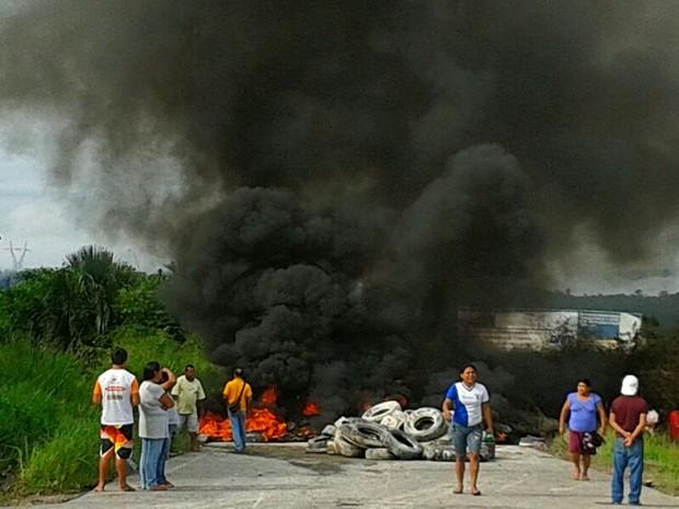 Barricadas com carcaças de carros e pneus foram montadas na rodovia e alguns foram queimados (Foto: Charles Bispo)
