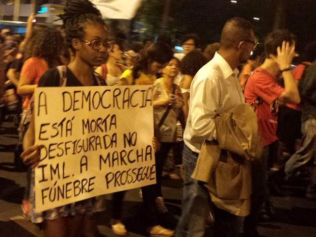 Manifestantes protestam contra a retirada de Dilma Rousseff da Presidência do Brasil (Foto: G1)