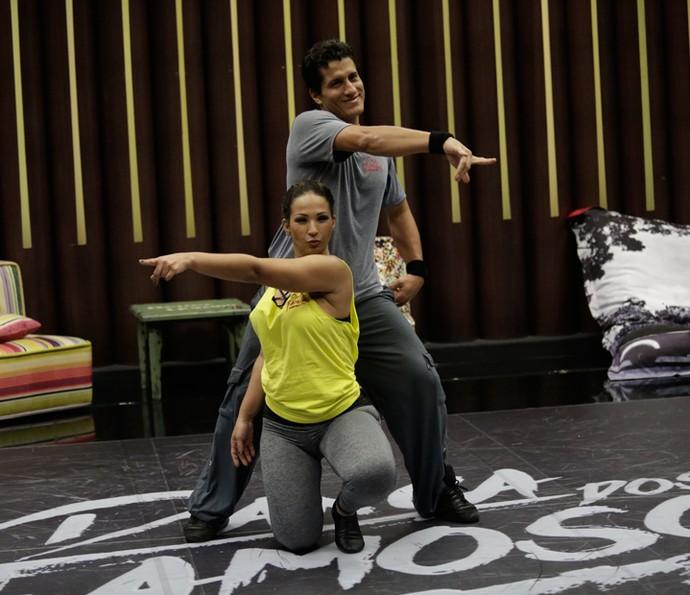 Coreografia do ritmo baladão vai tomando forma com a dupla (Foto: Artur Meninea/Gshow)