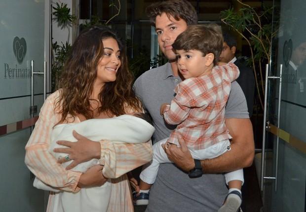Juliana Paes deixou a maternidade com Antonio, Pedro e Carlos Baptista (Foto: Léo Marinho / AgNews)