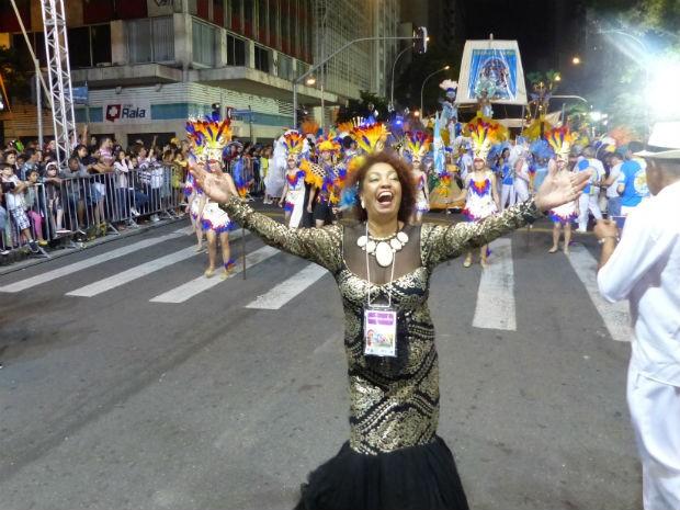 A carnavalesca da Leões da Mocidade apresentou a escola (Foto: Fernando Castro/ G1)