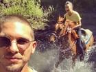 Thaila Ayala anda a cavalo e se desespera; namorado faz foto