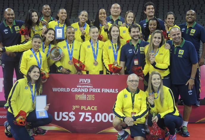 Jogadoras e comissão técnica do Brasil posam no pódio do Grand Prix (Foto: David Abramvezt)