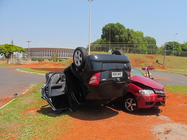 Carro capota após se chocar com outro próximo ao Estádio Nacional de Brasília (Foto: Lucas Salomão/G1)