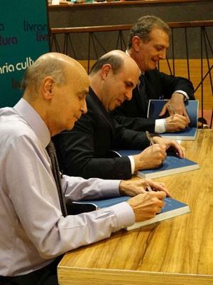Médicos Drauzio Varella, Fernando Cotait Maluf e Antonio Carlos Buzaid em lançamento do livro Vencer o Câncer (Foto: Divulgação)