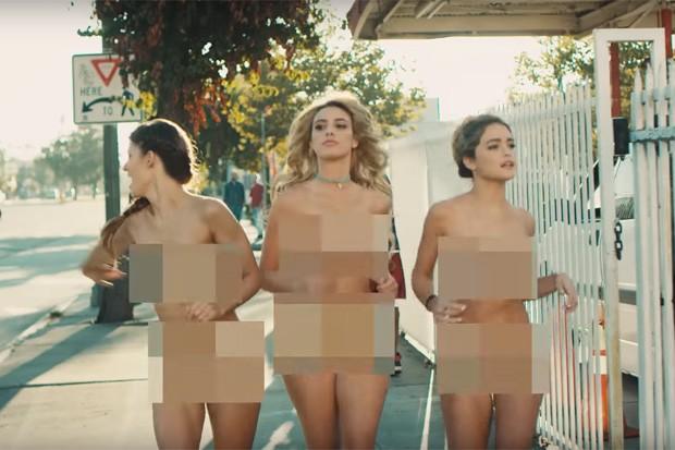 Digital influencers peladas no novo clipe do Blink 182 (Foto: Reprodução/Youtube)
