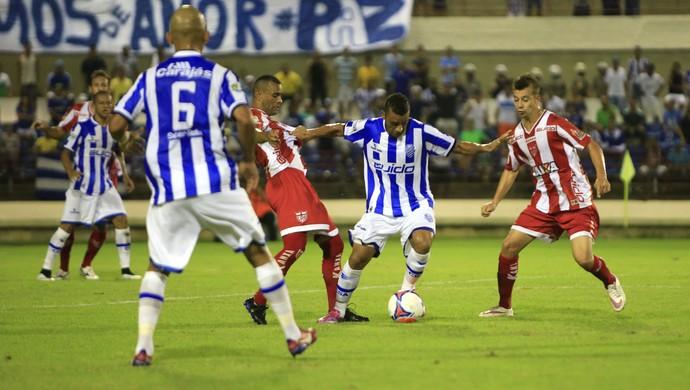 Rafael Granja escapa entre Glaydson e João Henrique (Foto: Ailton Cruz/Gazeta de Alagoas)
