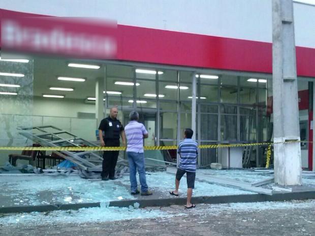 Explosão destruiu agência bancária de Figueira (Foto: Arquivo pessoal/ Josilei de Abreu Carneiro)