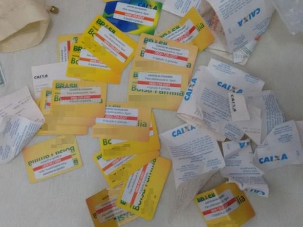 Cartões do bolsa família apreendidos com adolescente em Bezerros, PE (Foto: Divulgação/ Polícia Civil)